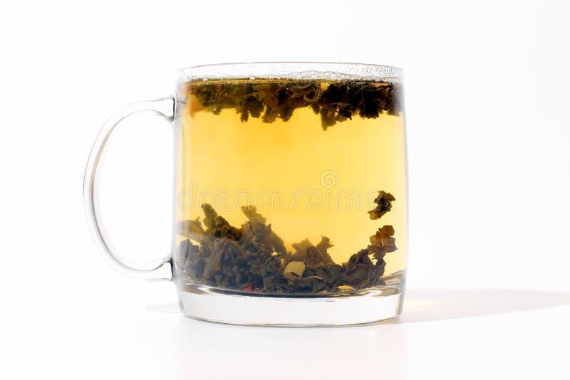 Transparante kop thee met vla op witte achtergrond stock foto's