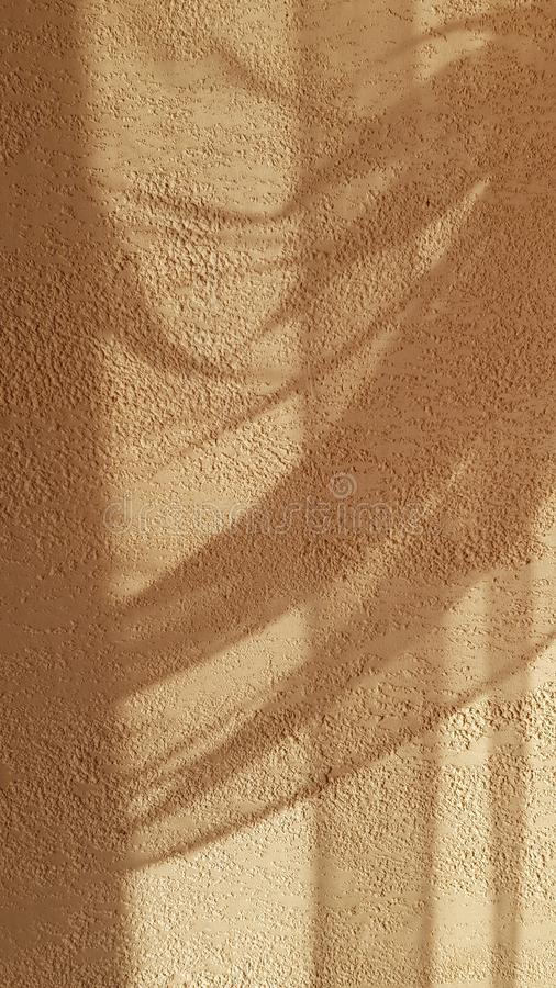 Transparante schaduwen van het gedrapeerde gordijn van Tulle op de ruwe geweven oppervlakte van de pleistermuur royalty-vrije stock afbeeldingen