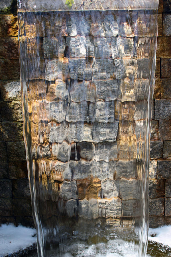 Transparante stroom van stromend water in de fontein van de parkcascade stock afbeeldingen