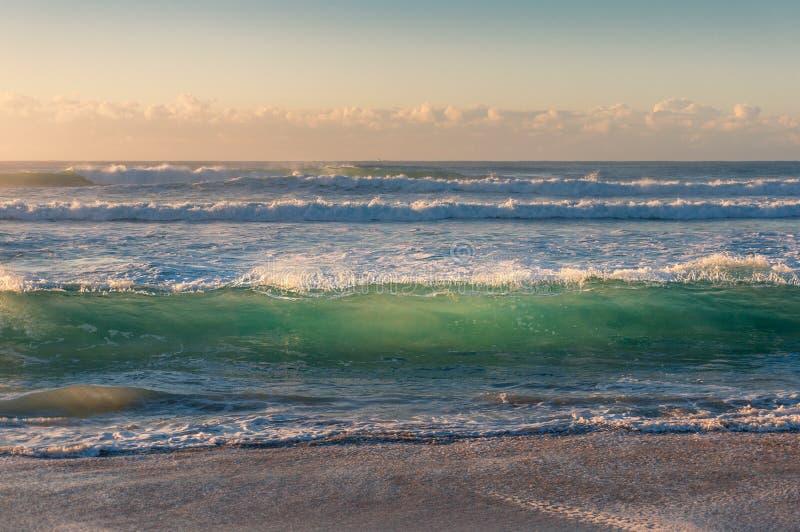 Transparante turkooise blauwe golfkrul bij zandig strand royalty-vrije stock foto's