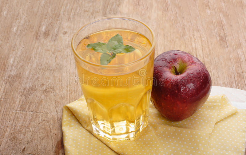 Transparente Äpfel, die in Glas fallen stockbild