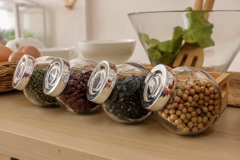 Transparente Flasche mit Samen lizenzfreies stockbild