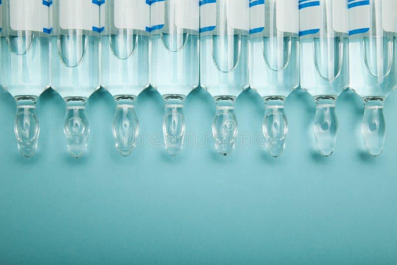 Transparente Glasampullen in Folge, leerer Raum f?r Text stockfoto