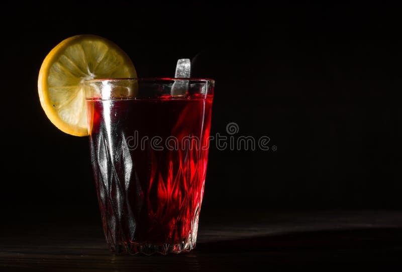 Transparente Glasschale mit heißem Hibiscustee Der Dampf von der Spitze Schwarzer Hintergrund lizenzfreie stockfotografie