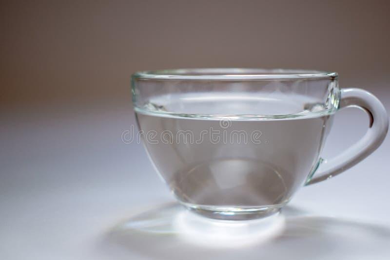 Transparente Glasschale mit Wasser 1 stockbild