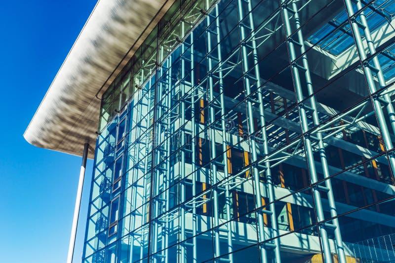 Transparente Glaswand des modernen Gebäudes, Perspektivenansicht stockbilder