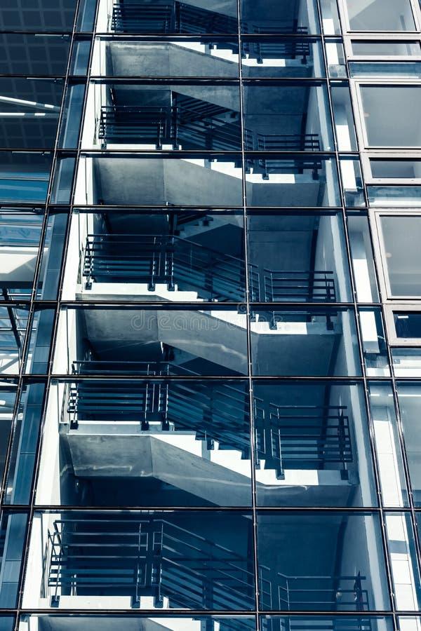 Transparente Glaswand des modernen Gebäudes, Perspektivenansicht lizenzfreie stockfotografie
