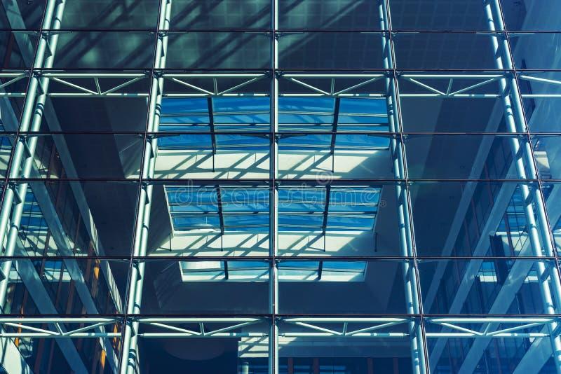 Transparente Glaswand des modernen Gebäudes, Perspektivenansicht stockfotografie