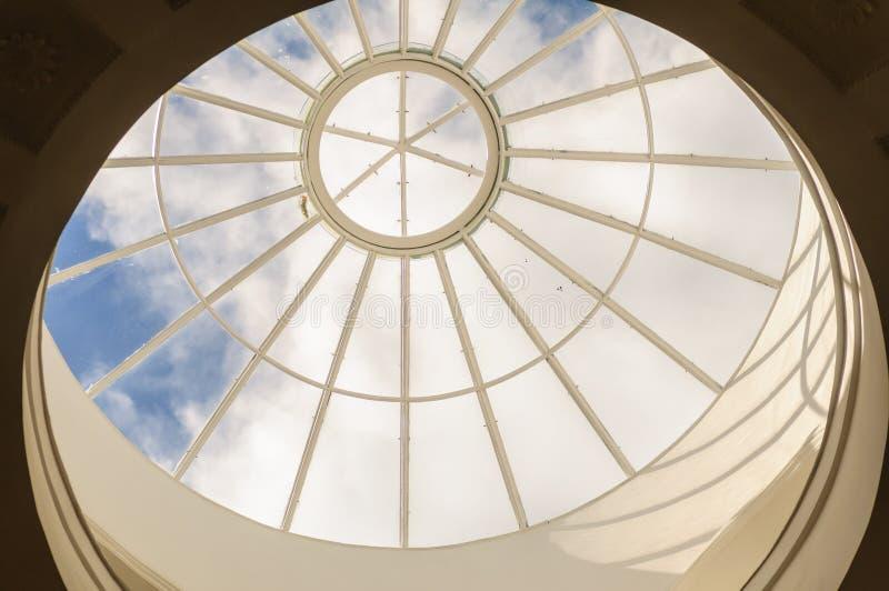 Transparente kreisförmige Glasdecke oder Dach Enschließendes Fragment der Architektur mit abgerundeter Struktur lizenzfreies stockbild