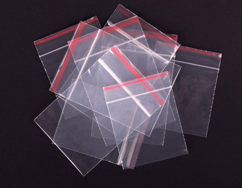 Transparente Reißverschlussplastiktasche auf schwarzem Hintergrund Blockzipverschlussverpackung Leerer Polythenreißverschluß Sieg lizenzfreies stockbild