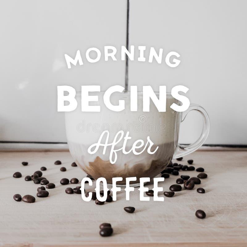Transparente Schale Cappuccino, Kaffeebohnen auf dem Tisch zerstreut lizenzfreie stockfotografie