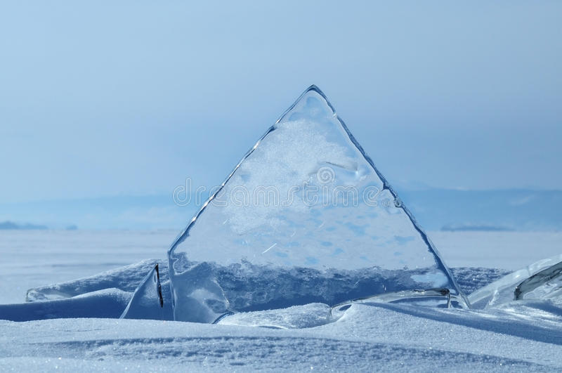 Transparente Stücke Eis auf der Oberfläche des gefrorenen nad snowcaped Teich Baikal See lizenzfreie stockfotos