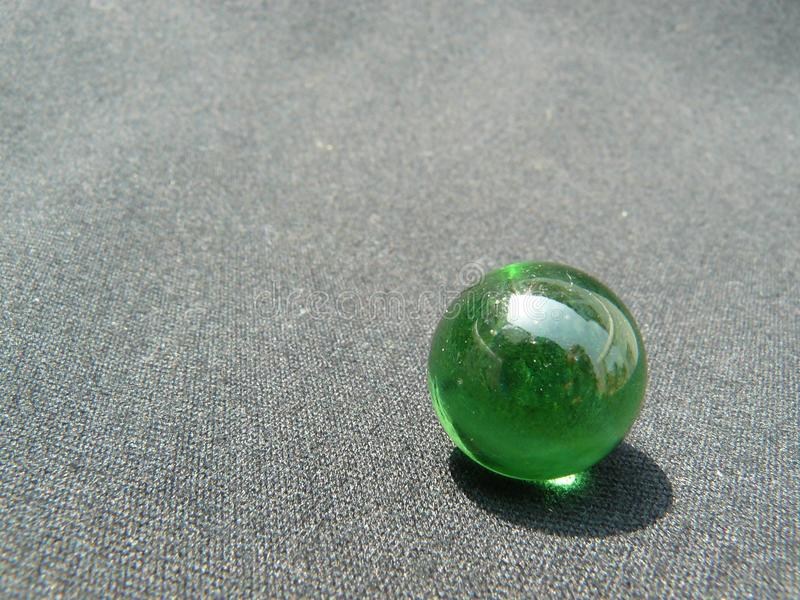 Transparente und grüne Glaskugel lizenzfreie stockfotos