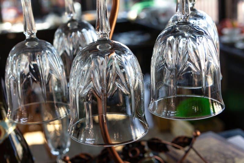 Transparenter eingelegte Unterseite des Weinglas-Tulpenweins Champagner des Glasnahaufnahmehintergrund-Barentwurfs stockbilder