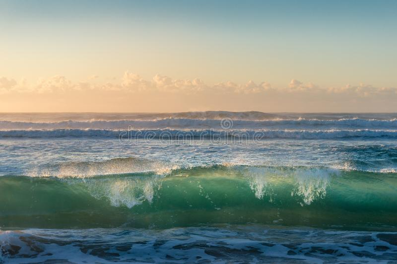 Transparenter Meereswoge des Türkisblaus bei Sonnenaufgang lizenzfreie stockfotografie