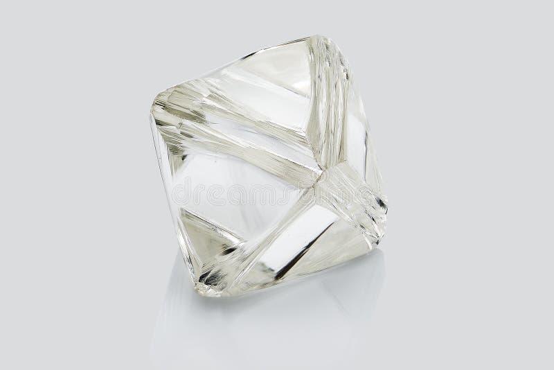 Transparenter rauer Diamant lokalisiert auf weißem Hintergrund lizenzfreie stockfotografie