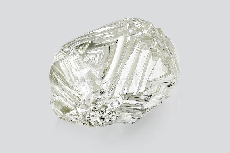 Transparenter rauer Diamant lokalisiert auf weißem Hintergrund stockbilder