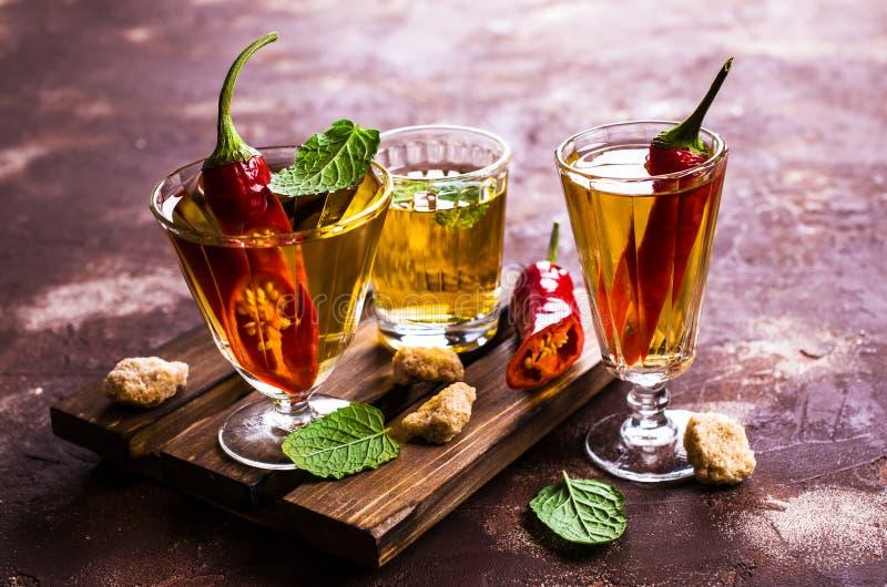 Transparentes alkoholisches Getränk stockbild