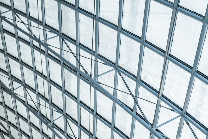 Transparentes kurvendes Glasdach des Baustahls stockfotografie