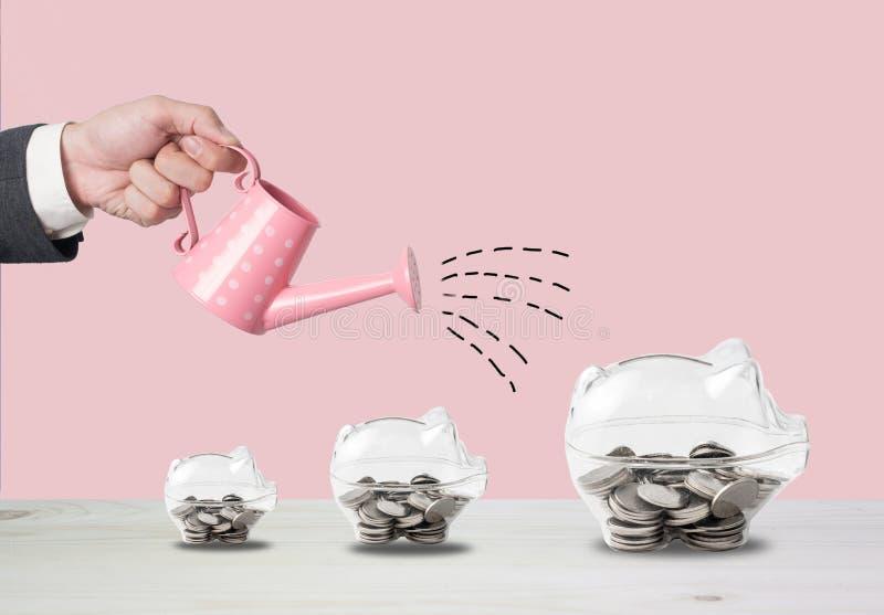 Transparentes Sparschwein füllte mit Münzen auf hölzernem Hintergrund Savi lizenzfreie stockfotografie
