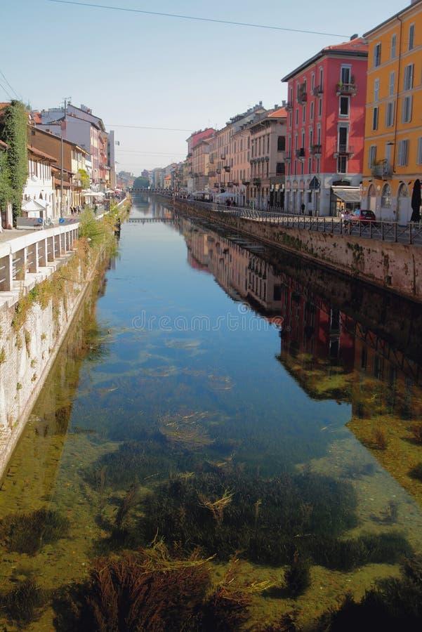 Transparentes Wasser im Kanal Naviglio groß Mailand, Italien stockfotografie