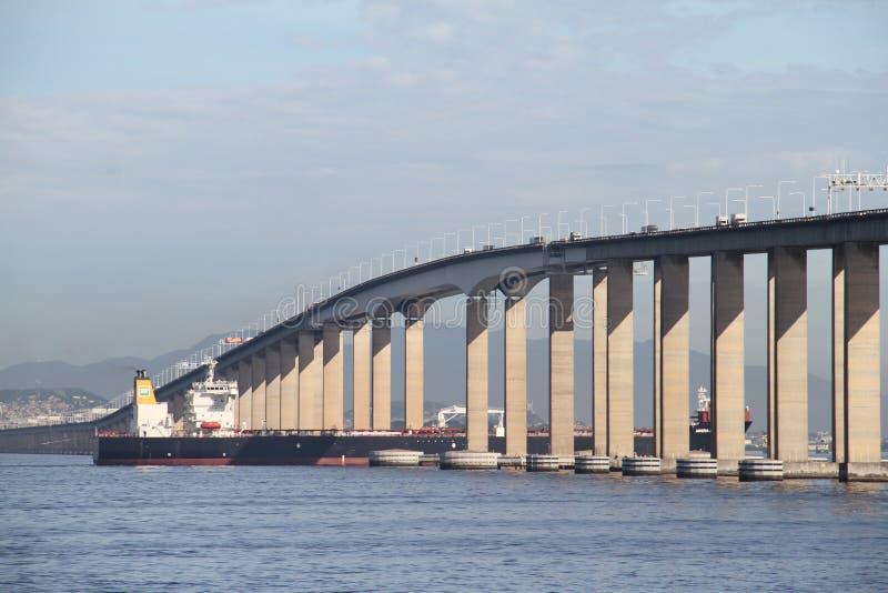 Transpetro statku omijanie pod Niteroi mostem fotografia royalty free