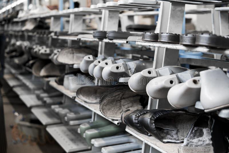 Transportören på en skofabrik med skon och endast Samlas produktion av skodon fotografering för bildbyråer