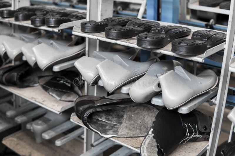 Transportören på en skofabrik med skon och endast Samlas produktion av skodon arkivfoto