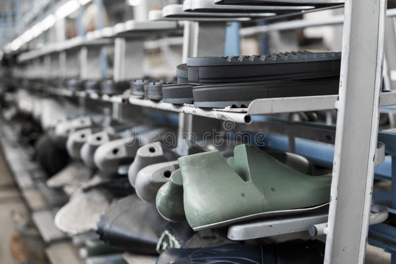 Transportören på en skofabrik med skon och endast Samlas produktion av skodon royaltyfri bild