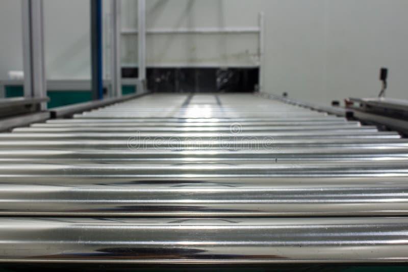 Transportörkedjan och transportband på produktionslinjeaktivering i område för rent rum fotografering för bildbyråer