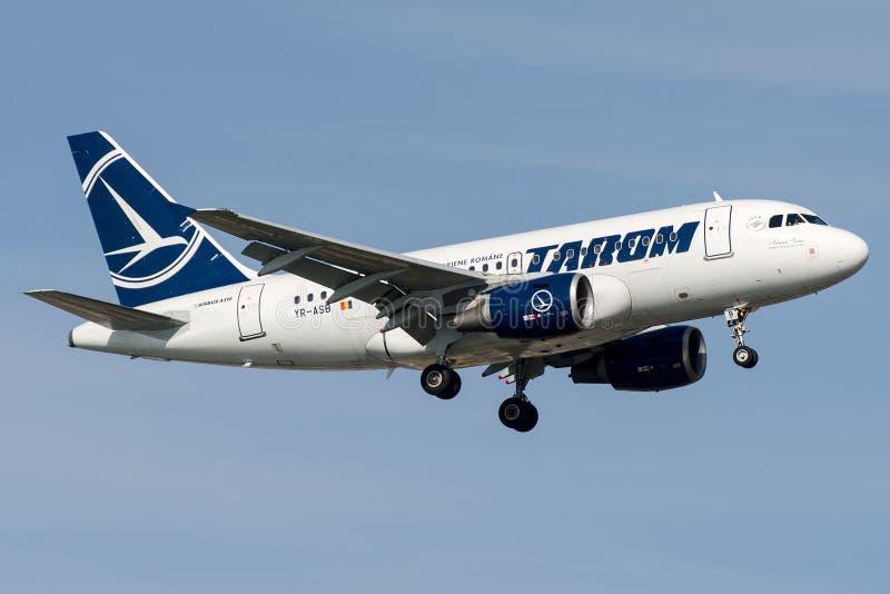 Transport aérien roumain de YR-ASB Tarom, Airbus A318 - 100 image stock