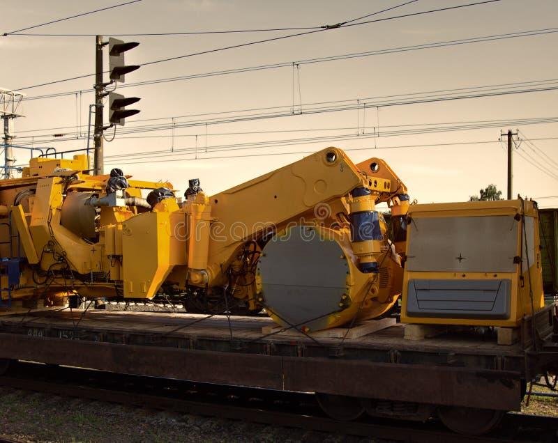 Transport auf Plattformen von Fahrzeugen und von Maschinerie stockfotos