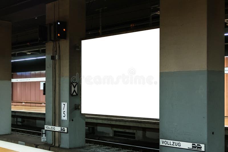 Transport blanc de maquette de blanc de l'espace de publicité de souterrain photo stock