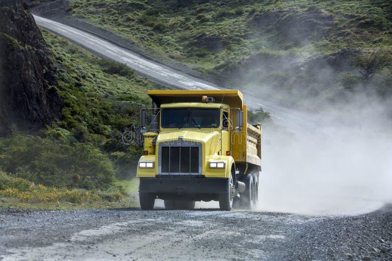 Transport - camion lourd - route de gravier images libres de droits