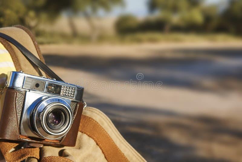 Transport d'un appareil-photo de vintage sur la campagne Photographie de film photographie stock libre de droits