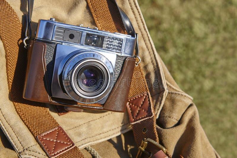 Transport d'un appareil-photo de vintage sur la campagne Photographie de film photos libres de droits