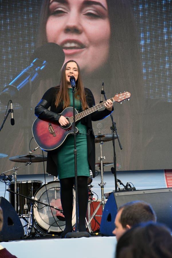 Transport Day-2019 de Moscou Les gens écoutent un chanteur sur l'étape photos stock