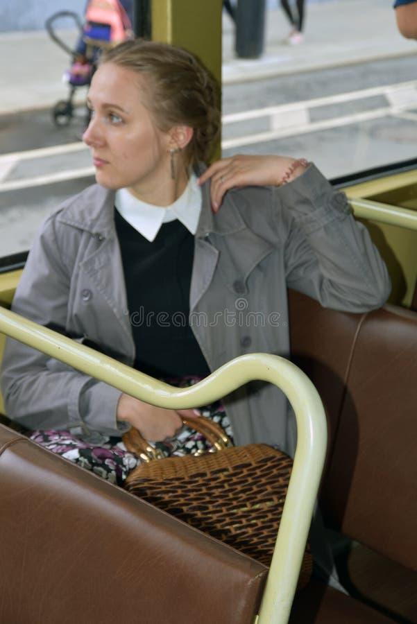 Transport Day-2019 de Moscou Portrait de femme de Reenactor dans la robe de cru image libre de droits