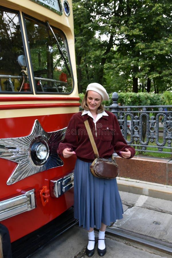 Transport Day-2019 de Moscou Portrait de femme de Reenactor dans la robe de cru photographie stock libre de droits
