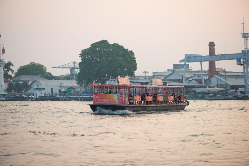 Transport de bateau à travers le fleuve Chao Phraya à Bangkok, Thaïlande image stock