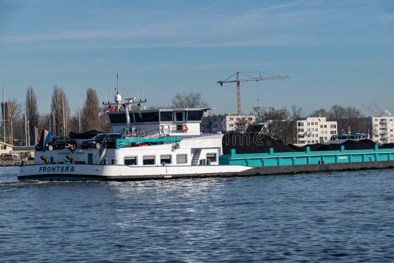 Transport de charbon par la rivière photos stock