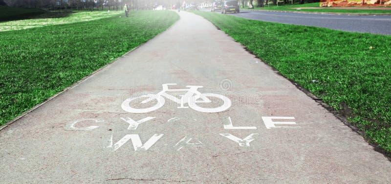 Transport de manière de bicyclette près de la route, milieux images stock