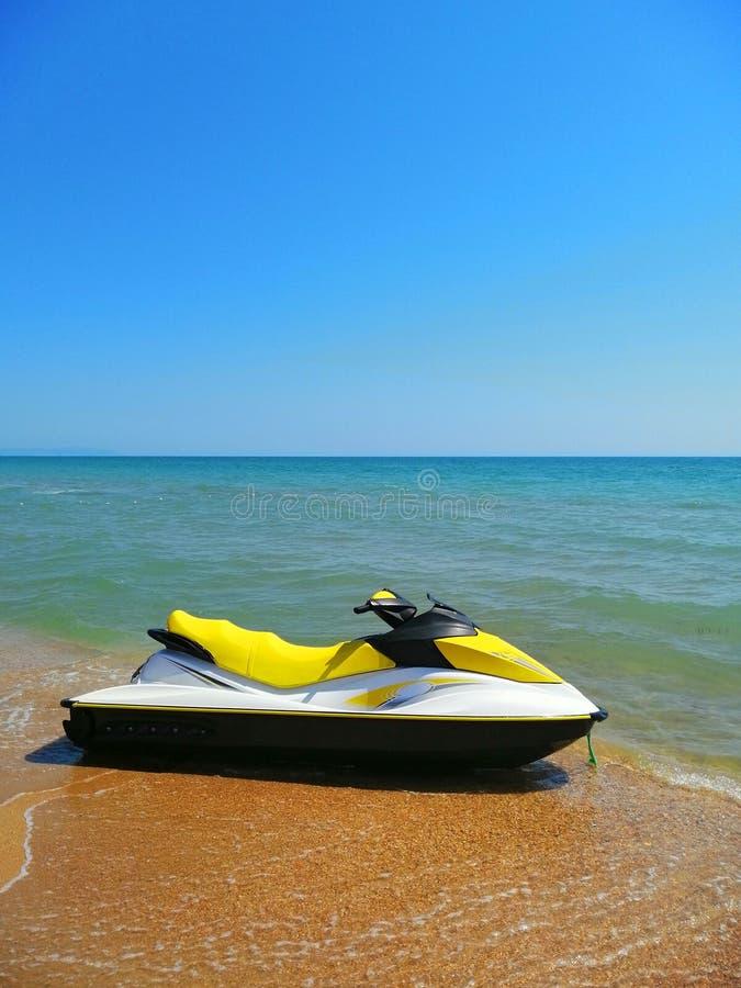 Transport de plage catamaran de l'eau sur le sable photos libres de droits
