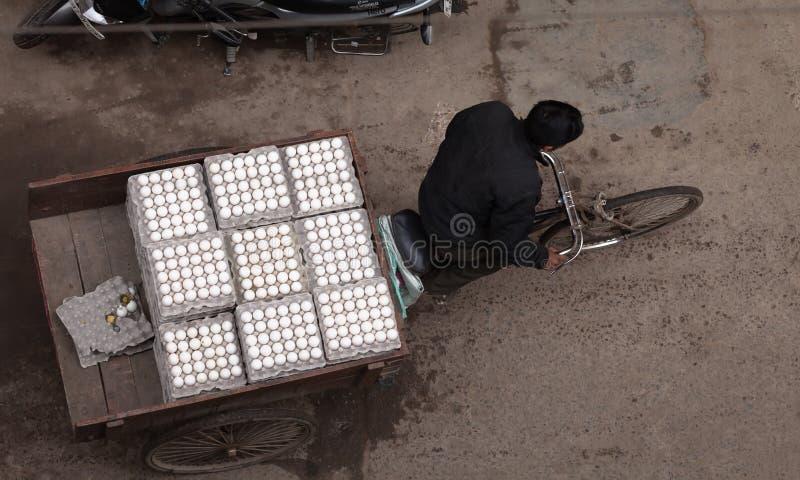 Transport de pousse-pousse oeufs frais photographie stock