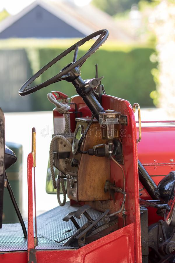 Transport de vintage Secteur ouvert rouge d'entraînement d'autobus avec le volant images stock