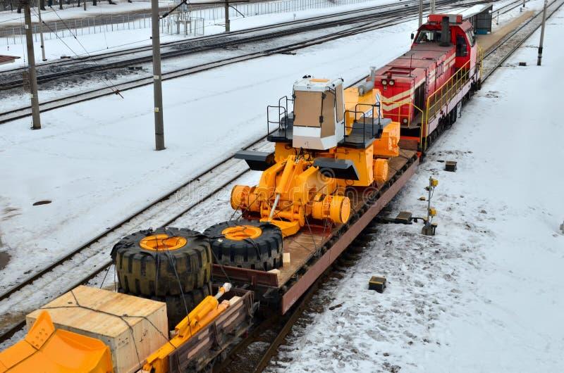 Transport des camions à benne basculante par chemin de fer images stock