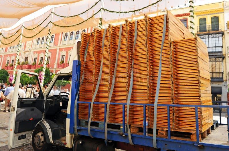 Transport des chaises en bois dans un camion images libres de droits
