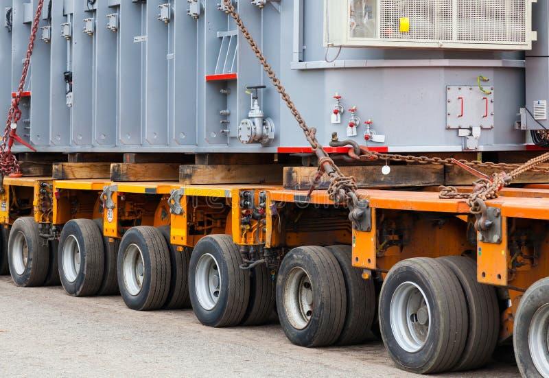 Transport des charges et des machines de construction lourdes et surdimensionnées image stock
