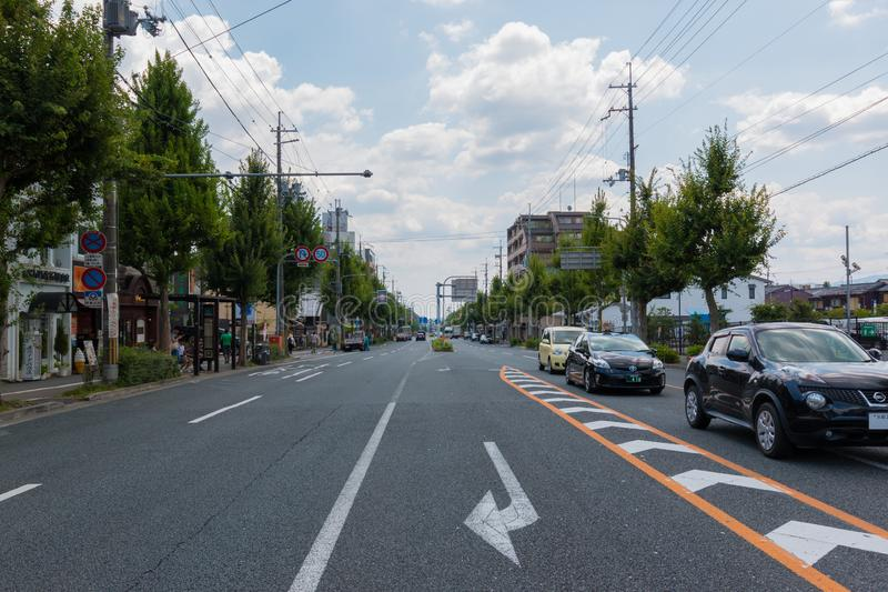 Transport du trafic à Kyoto Les voitures s'arrêtent et attendant le signal de feu vert route vide en journée photos stock