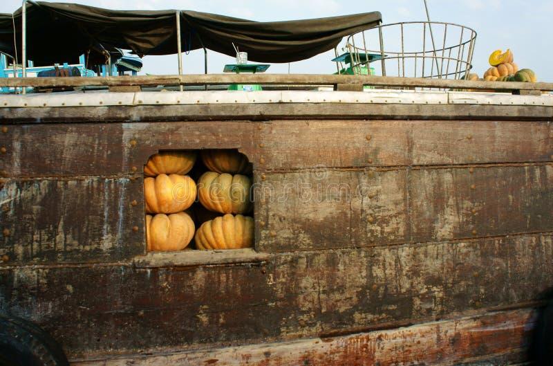 Transport en bois de bateau beaucoup de potirons jaunes, marché de flottement de Cai Rang, delta du Mékong photo libre de droits